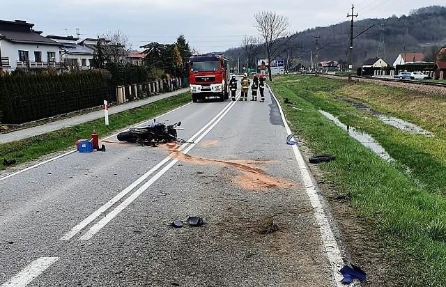 Kierowca motocykla ucierpiał w wypadku, do którego doszło w niedzielę (18.04) po południu na DW 977 w Gromniku koło Tarnowa. Na drodze były utrudnienia w ruchu.