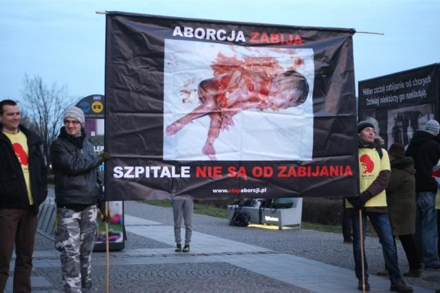 """Fundacja """"Pro-prawo do życia"""" protestowała dziś przeciwko aborcji pod Galerią Dominikańską we Wrocławiu"""