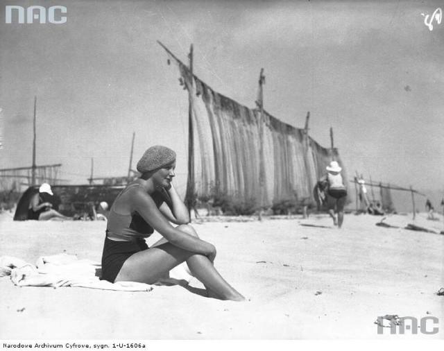 Hel, 1938 rokMorze to samo, plaże również. Inne były tylko stroje kąpielowe, nakrycia głowy, parasole... i nie widać parawanów, którymi plażowicze zasłaniają się od wiatru czy ciekawskiego wzroku innych. Zobacz, jak wyglądały dawne kąpieliska w Gdańsku, Gdyni, Sopocie, Karwi, w Kołobrzegu czy w Helu. W naszej galerii zdjęć z Narodowego Archiwum Cyfrowego znajdują się zdjęcia plaży z lat 30-,50-,70-tych.