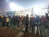 Kibice Ruchu Chorzów przed stadionem w czasie meczu z Polonią-Stalą Świdnica WIDEO, ZDJĘCIA Fani Niebieskich przyszli wspierać drużynę