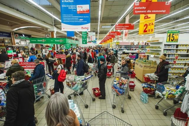 UOKiK sprawdzi, czy sieci handlowe nie wykorzystywały swojej przewagi nad małymi i średnimi dostawcami, narzucając im dodatkowe rabaty.