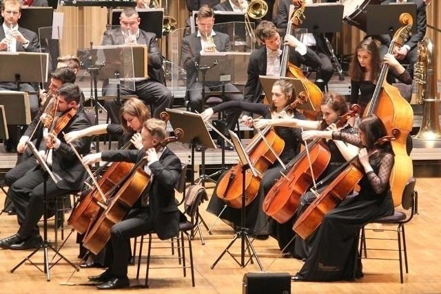W Orkiestrze Filharmonii Gorzowskiej gra ponad trzydziestu muzyków.