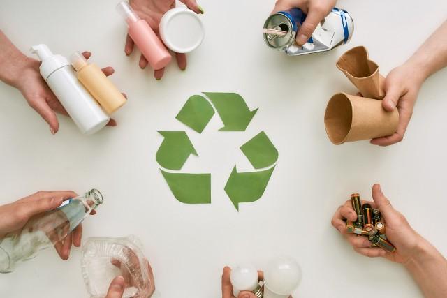 Segregowanie śmieci to twój obowiązek, ale czy wypełniasz go prawidłowo? Niektóre odpady potrafią być mocno problematyczne. Sprawdź, gdzie powinny trafić!