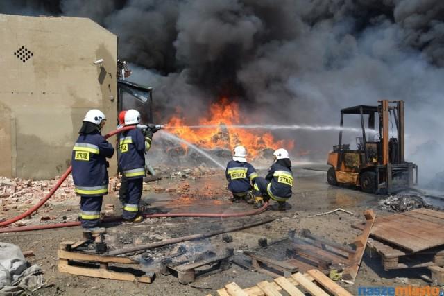 Pożar w Miąskowie. Pod Lesznem płonie folia w zakładzie recyklingu