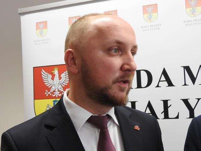 Przewodniczący rady miasta Łukasz Prokorym z KO przebywa obecnie na kwarantannie w związku z wykryciem zachorowania na koronawirusa w placówce, do której uczęszcza jego dziecko.