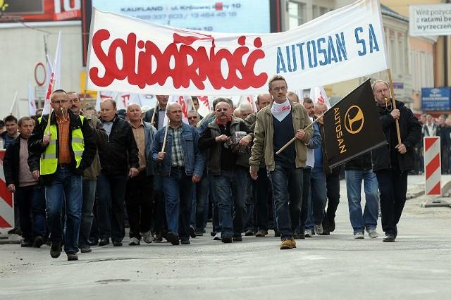 """Protestująca załoga """"Autosanu"""" ruszyła spod zakładu na sanocki rynek."""