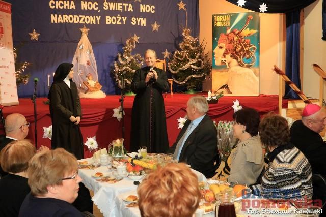 W czwartkowe popołudnie w sali widowiskowej Parafii św. Maksymiliana Kolbego odbyło się spotkanie wigilijne  z udziałem osób niepełnosprawnych, samotnych oraz podopiecznych świetlic Caritas.Dyrektor Caritas Diecezji Toruńskiej, ks. prałat Daniel Adamowicz przywitał przybyłych na uroczystość