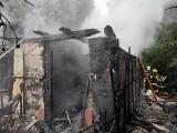 Pożar drewnianego domu pod Lublinem. Zajął się ogniem po uderzeniu pioruna