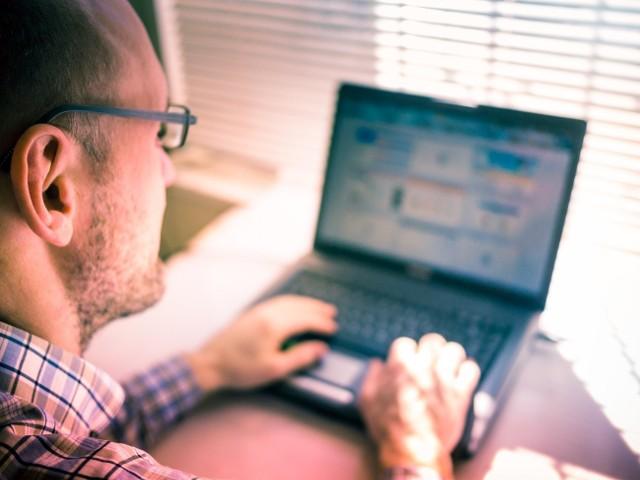Do zalet pracy przez Internet należy wolność - zwykle pracuje się wtedy, kiedy się chce, a nie wtedy gdy każe szef.