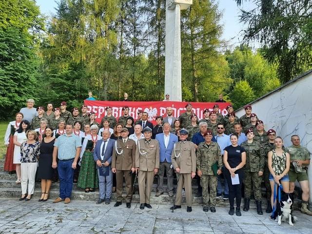 Pamiątkowe zdjęcie uczestników uroczystości w Kozubowie