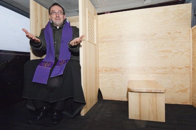 W busie został zamontowany specjalnie przygotowany konfesjonał. - Został wykonany w Fabryce Mebli Sakralnych - mówi ksiądz Jarosiewicz.