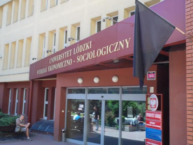 """Na budynkach popularnego """"Eksocu"""" pojawiły się w środę (6 czerwca) czarne flagi"""