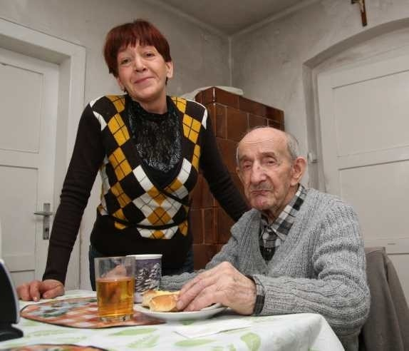 W Opolu takich opiekunów jak pani Krystyna jest około setki. Za opiekę nad panem Władysławem ona ma najmniej.