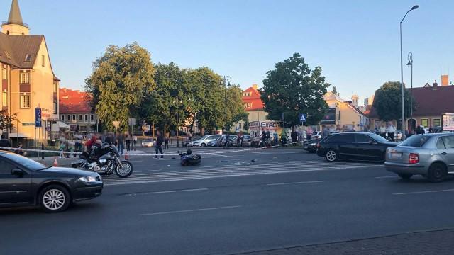 Do wypadku doszło w czwartek, 30 maja, na ul. Westerplatte w Zielonej Górze. Samochód osobowy zderzył się z motocyklem. Kierowca jednośladu został zabrany do szpitala.Z wstępnych ustaleń wynika, że kierująca audi wyjeżdżała z pl. Powstańców Wielkopolskich, nie ustąpiła pierwszeństwa jadącemu prawidłowo motocykliście i uderzyła w niego. Kierujący motocyklem został zabrany do szpitala.Fragment ulicy został po wypadku zablokowany, ruchem kierują policjanci. Zobacz wideo: Jak udzielać pierwszej pomocy ofiarom wypadków