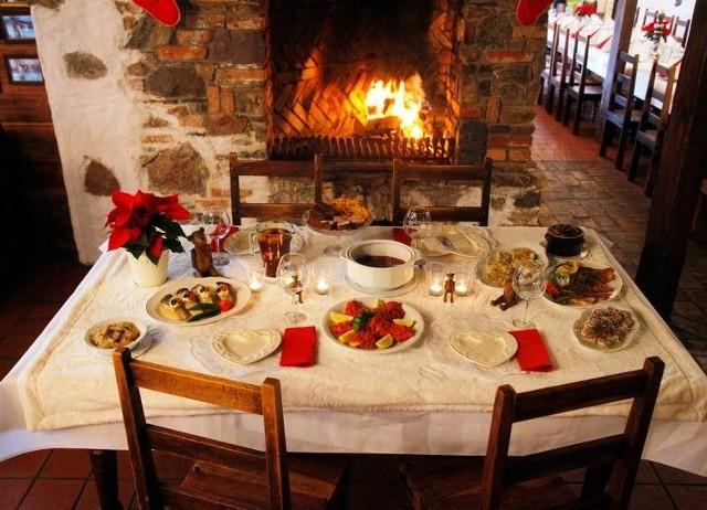Wigilijnym potrawom niełatwo się oprzeć. Jak jeść w święta Bożego Narodzenia, żeby nie utyć? Co jeść, by świąteczne biesiadowanie przy suto zastawionym stole nie odbiło się na naszym zdrowiu i sylwetce?Ile kalorii mają wigilijne potrawy?