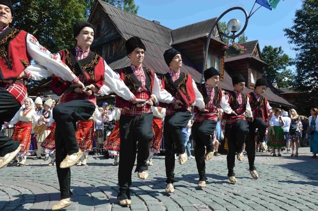 Międzynarodowy Festiwal Folkloru Ziem Górskich jest co roku barwnym i tłocznym świętem. Tak wyglądał korowód ulicami miasta festiwalowych zespołów przed rokiem