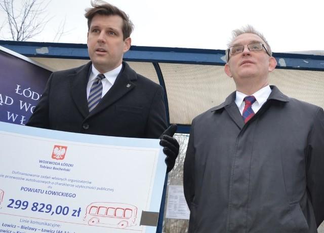 Tobiasz Bocheński (z lewej), wojewoda łódzki w środę (22 stycznia) przekazał na ręce Marcina Kosiorka, starosty łowickiego symboliczny czek na prawie 300 tys. zł
