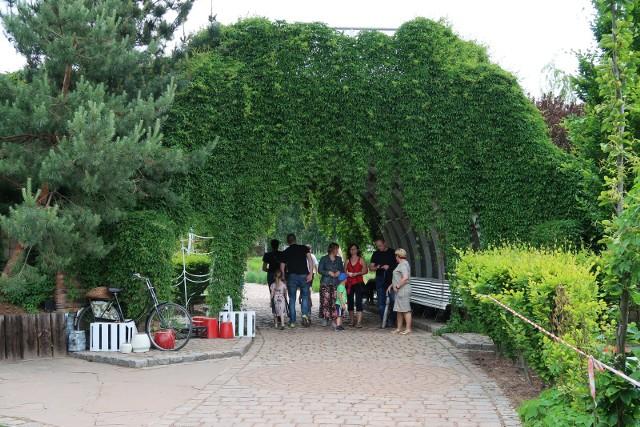 Ogrody Kapiasów w Goczałkowicach Zdroju: różna roślinność, różne krajobrazy. To nie tylko bogactwo gatunków i przepiękne zapachy, ale nade wszystko niezwykłe aranżacje ogrodowe.Zobacz kolejne zdjęcia. Przesuwaj zdjęcia w prawo - naciśnij strzałkę lub przycisk NASTĘPNE