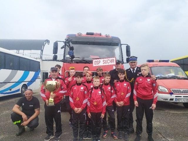Mistrzowie Mazowsza: Młodzieżowa Drużyna Pożarnicza w Suchej w gminie Białobrzegi. Młodzi strażacy będą reprezentować Mazowsza podczas ogólnopolskiego finału zawodów, które odbędą się w Koninie.
