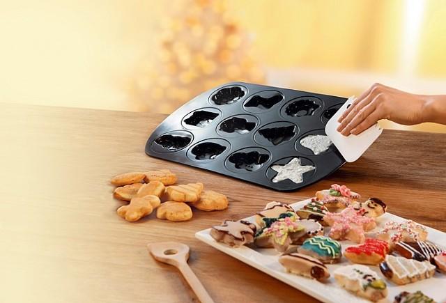 Forma do pieczenia ciastekDzięki foremce do pieczenia świątecznych ciastek za jednym zamachem zrobisz smakołyki w kilu kształtach: choinki, aniołka, prezentu, mikołajowego buta i dzwoneczka.