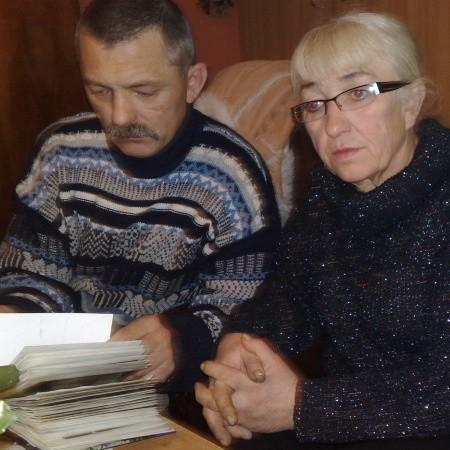 - Nie rozumiem jak coś takiego może zdarzyć się w biały dzień, w środku wsi - mówi siostra Andrzeja przeglądając wraz z synem stare zdjęcia.