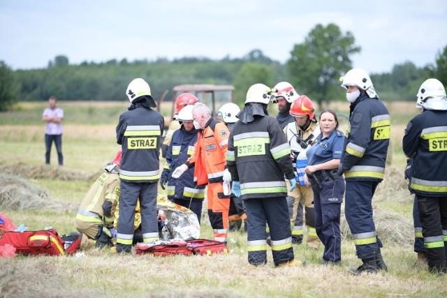 Tragiczny wypadek w Starokrzepicach. Podczas prac na polu przy ulicy Oleskiej prasa wciągnęła rękę 43-letniemu mężczyźnie