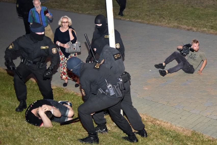Protesty na Białorusi. Odwaga białoruskiego mundurowego Antona Bulakha. Wypowiedział posłuszeństwo Łukaszence [wideo]