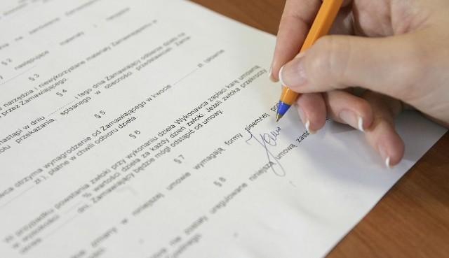 Umowa sprzedaży nieruchomości musi mieć formę aktu notarialnego – w przeciwnym razie jest nieważna.