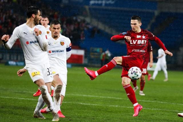 W sezonie zasadniczym Wisła Kraków z Koroną najpierw zremisowała w Kielcach 1:1, a następnie pokonała ją przy ul. Reymonta 2:0