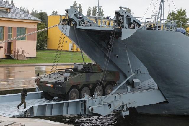 Na pokład można załadować pojazdy wojskowe o łącznym tonażu ponad 400 ton!