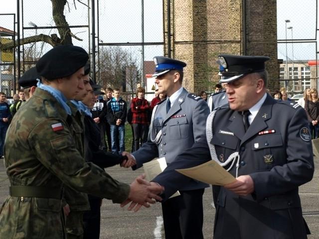 Kadeci z kierunków mundurowych Zespołu Szkół Technicznych otrzymali certyfikaty, potwierdzające ukończenie szkolenia.