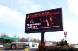 """Akcja z telebimami """"PiS pozdrawia"""" dotarła na Śląsk i Zagłębie. Posłanka Joanna Lichocka wykonuje obraźliwy gest"""