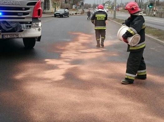 Strażacy przez dwie dwie godziny usuwali oleistą ciecz z drogi. Zdjęcie ilustracyjne.