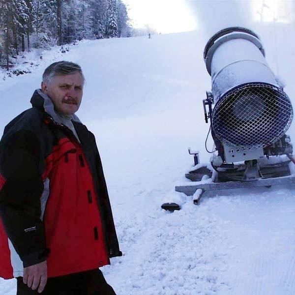 W grudniu 2005 r. Bronisław Mrugała już uruchomił wyciąg. Teraz czeka aż temperatura spadnie poniżej zera.
