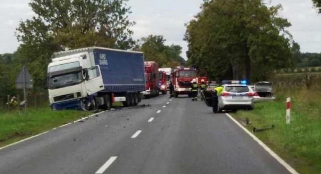 Śmiertelny wypadek na DK10. Na trasie Piła - Bydgoszcz zderzyły się w poniedziałek dwie ciężarówki i samochód osobowy. Jedna osoba nie żyje.Przejdź do kolejnego zdjęcia --->