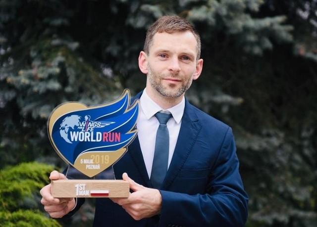Tomasz Osmulski z ubiegłorocznym trofeum