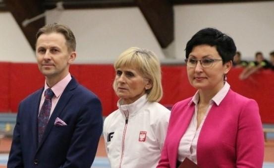 Starosta Powiatu Opoczyńskiego Marcin Baranowski, olimpijka Wanda Panfil, wicestarosta Opoczyński Maria Barbara Chomicz