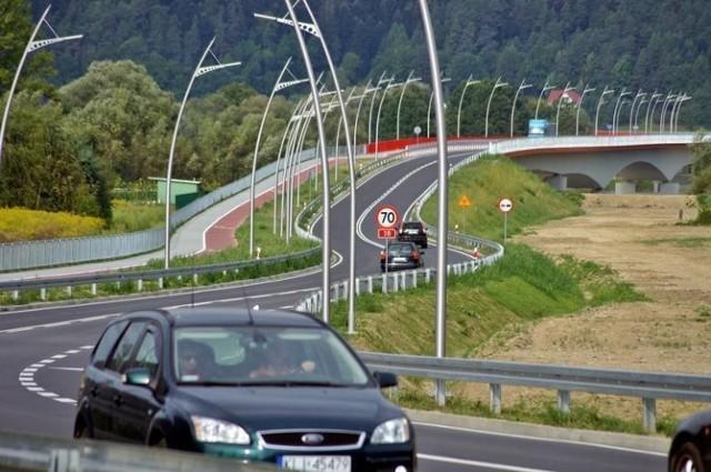Oddany do użytku w 2015 roku most na Dunajcu nie ma jeszcze oficjalnej nazwy. Radni PiS proponują, aby nosił imię Marii i Lecha Kaczyńskich