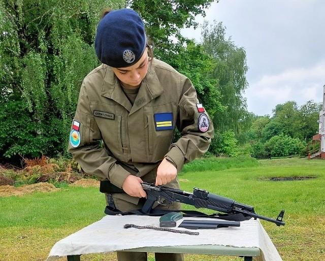 W ramach edukacji wojskowej kadeci z Kościelca doskonalili swoje umiejętności z zakresu składania i rozkładania broni strzeleckiej w systemie AK