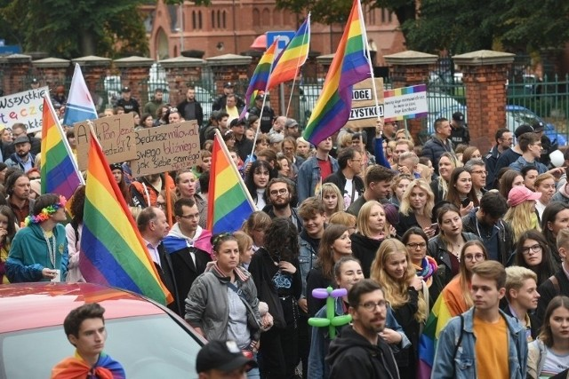 Toruńska parada równości odbywa się od kilku lat. Organizatorzy chcieliby, żeby - podobnie jak w Gdańsku - władze miasta też w niej uczestniczyły. Wsparłyby w ten sposób mniejszości.
