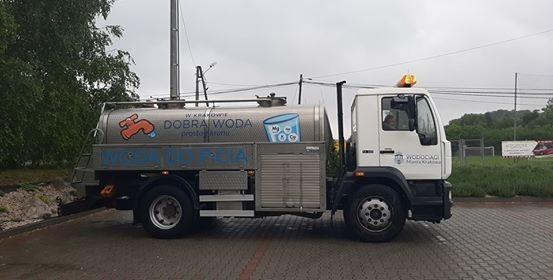 Beczkowozy z wodą pitną rozstawiono w trzech wioskach: w Baranówce przy centrum kultury oraz w Łuczycach i Goszczy przy remizach OSP