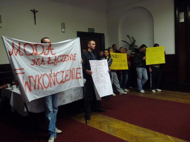 Na sesji pojawili się uczniowie z transparentami