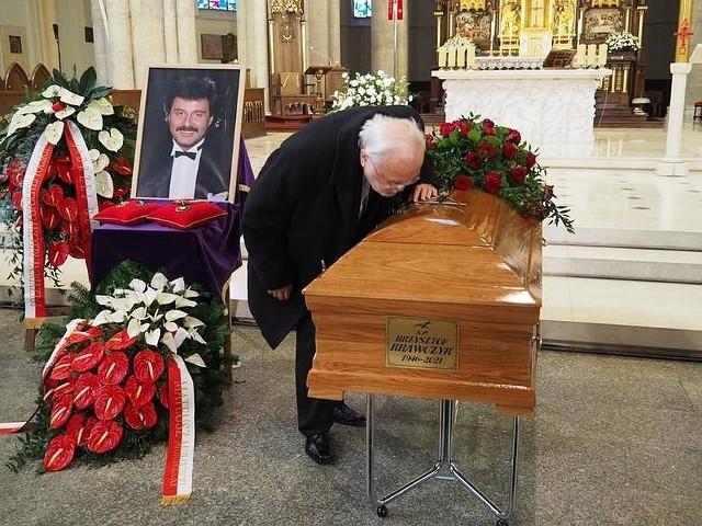 W bazylice archikatedralnej w Łodzi zakończyła się msza żałobna w intencji Krzysztofa Krawczyka, popularnego polskiego piosenkarza, który zmarł 5 kwietnia w wieku 74 lat.