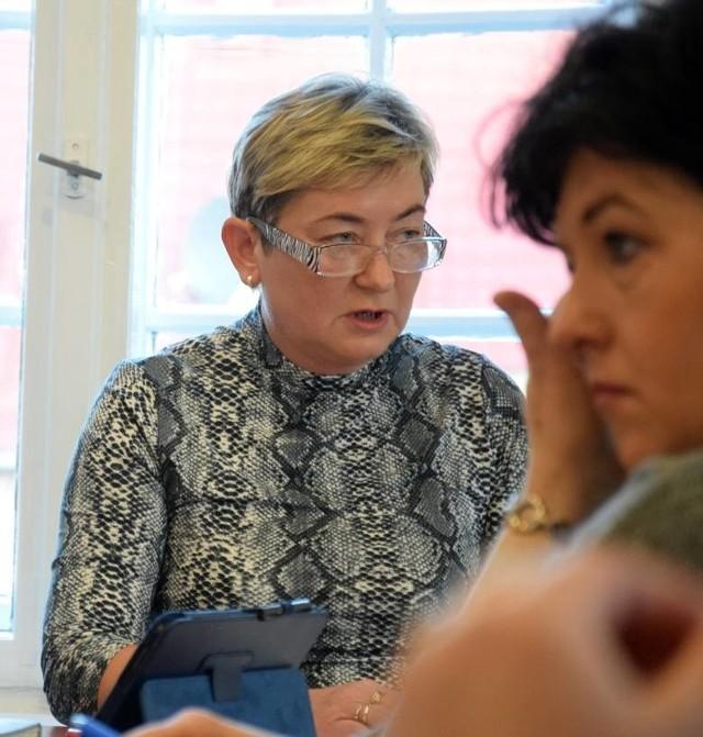 Projekt uchwały w sprawie zamiaru przekształcenia szkół w Słosinku i Piaszczynie omawia Halina Gierszewska, naczelnik wydziału oświaty w miasteckim ratuszu