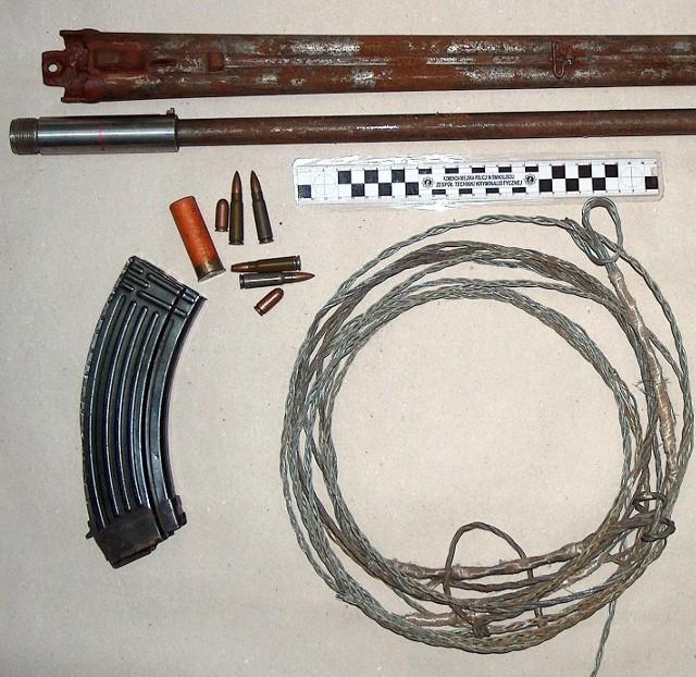 To wszystko znaleziono w domu Aleksandra T. Do przeszukania mieszkania policja użyła psa wyszkolonego do wyszukiwania ładunków wybuchowych.