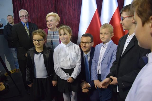 Premier Mateusz Morawiecki wśród dzieci z Woli Filipowskiej podczas otwarcia rozbudowanej placówki szkolnej