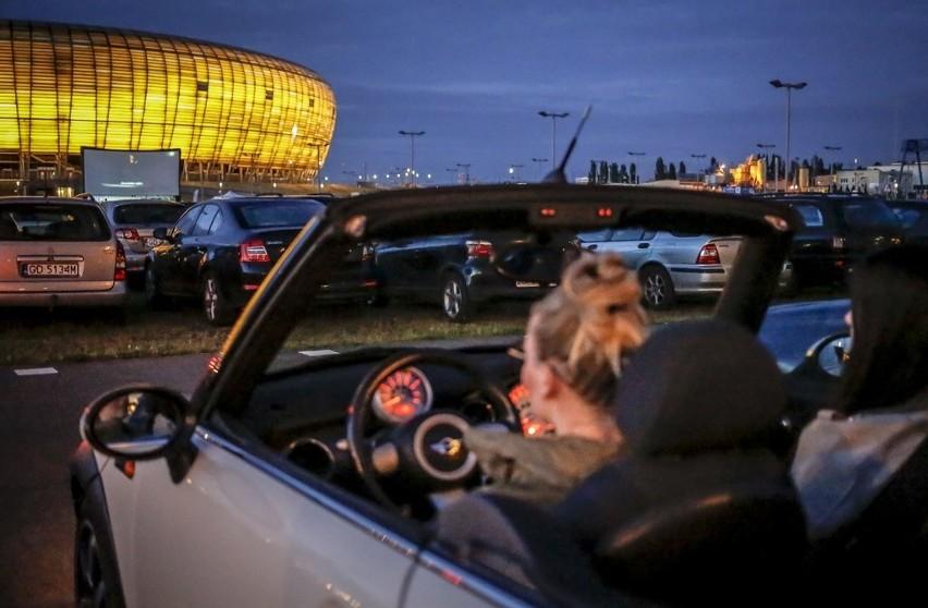 Kino samochodowe pod Stadionem Energa. Duże zainteresowanie i kolejny pokaz z poniedziałek [zdjęcia]