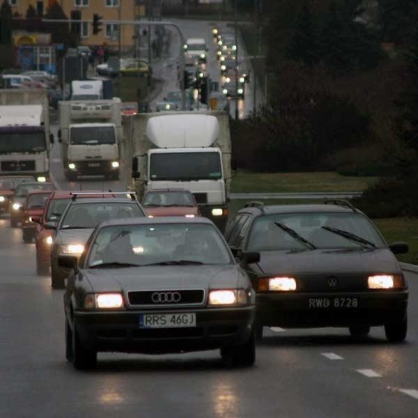 Specjaliści zalecają kierowcom jazdę z włączonymi światłami także w dzień. Dla bezpieczeństwa.