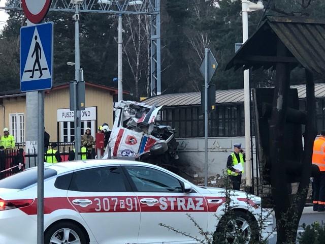 Do tragedii na przejeździe kolejowym w Puszczykowie doszło w środę, 3 kwietnia. W karetkę, która jechała po pacjenta do puszczykowskiego szpitala, uderzył pociąg relacji Katowice - Gdynia. W wypadku pod Poznaniem zginęły dwie osoby, trzecia jest w stanie ciężkim. Dlaczego karetka utknęła między szlabanami? Co relacjonują świadkowie?Kliknij tutaj, przejdź dalej i sprawdź szczegóły --->