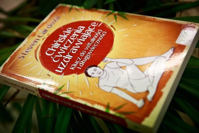 Książka zawiera 88 łatwych i łagodnych ćwiczeń. Są przeznaczone dla każdego – niezależnie od wieku, płci czy stanu zdrowia. Wykonywane przez minutę lub dwie dziennie polepszają zdrowie